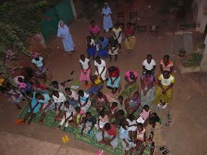 Photo: 19 h, c'est l'heure de la prière catholique des jeunes filles du pensionnat.