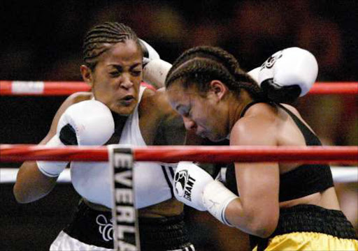 Laila Ali fights Monica Nunez July 30, 2004 at Freedom Hall in Louisville, Kentucky.   © Clive Brunskill/Getty Images.