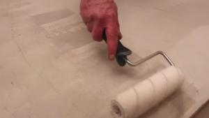 renover-son-sol-avec-un-revetement-en-beton-cire-1ere-etape-lapplication-du-primaire-daccrochage-les-betons-de-clara