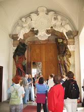 Photo: Wejście do Sali Książęcej strzeżone przez niewiele się od siebie różniące czarnoskóre postacie. Jednak jedna z nich to Murzyn a druga -  Indianin.