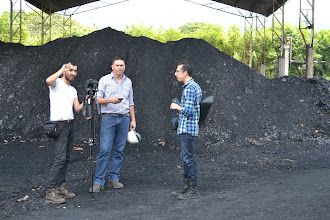 Photo: José, Giovanni y César produciendo sobre el carbón COLTEJER