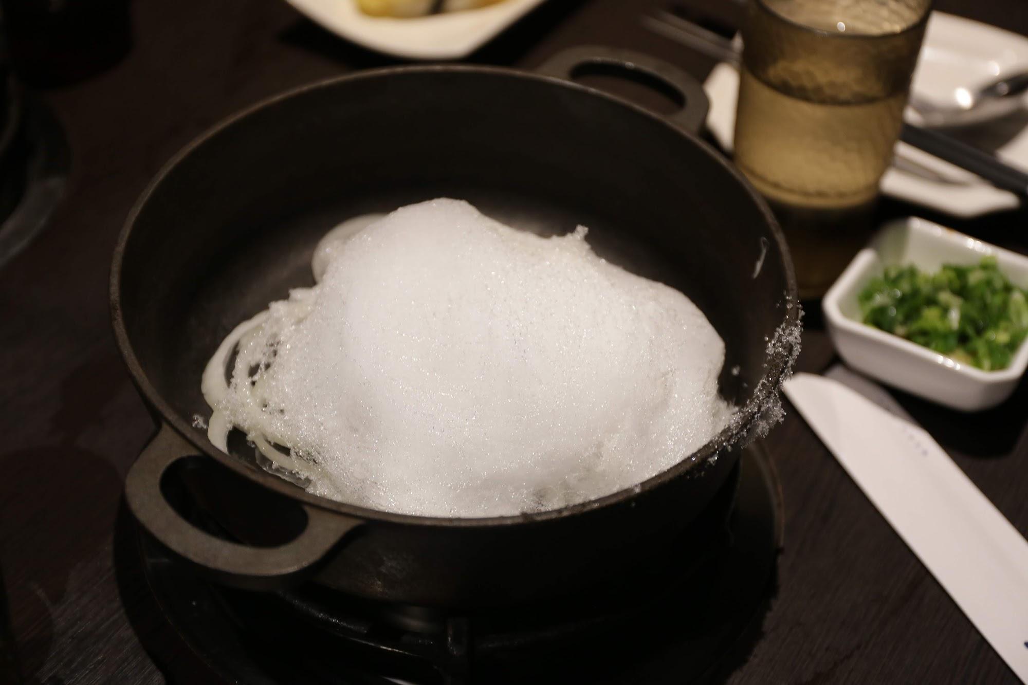 壽喜燒的鍋底,剛開始還在想那白白的是什麼...