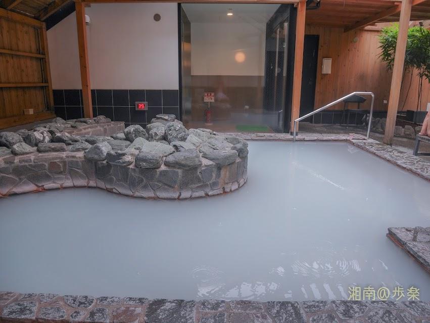 湘南台温泉 らく 岩風呂に乳濁したお湯が満たされていてリラックスする