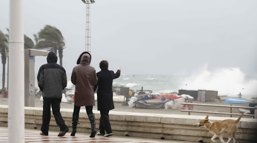 Imagen de archivo de una jornada de viento y oleaje en la capital almeriense.