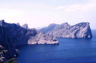 Photo: Costa acantilada recortada con promontorios y ensenadas