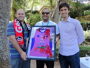 Photo: Foi oferecida ao principal patrocinador uma camisola da equipa de minibasquete