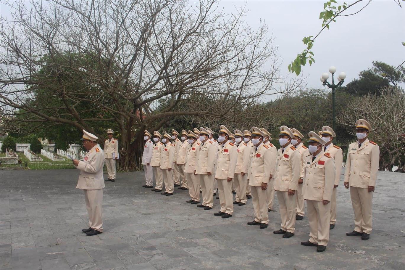 Dâng hương, dâng hoa tại nghĩa trang liệt sỹ Quỳnh Lưu - TX Hoàng Mai