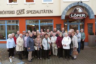 Photo: Bei der Abschlussbusfahrt vor der Kaffeerösterei Löper in Halberstadt