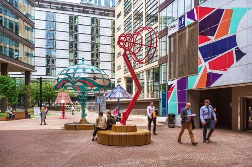Las lámparas gigantes instaladas en Manchester representan la innovación histórica de la ciudad