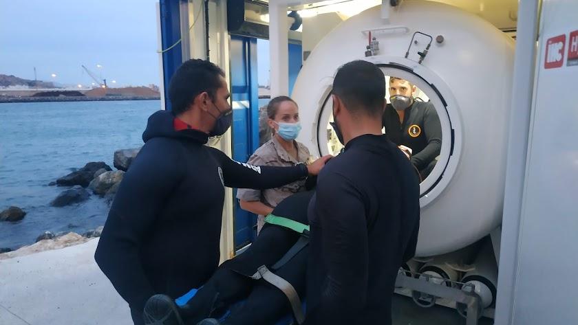 personal de la Armada en la cámara hiperbárica