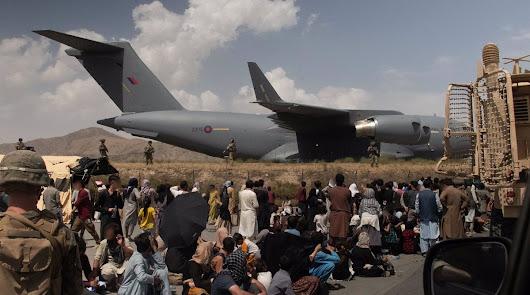 Caos en el aeropuerto de Kabul donde miles de personas se agolpan para huir