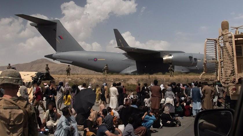Afganos en las pistas del aeropuerto de Kabul.