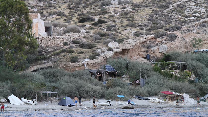 Panorámica de las acampadas en la Cala San Pedro.