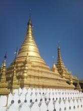 Photo: Stupa a za ní pagoda Sandamuni v Mandalay