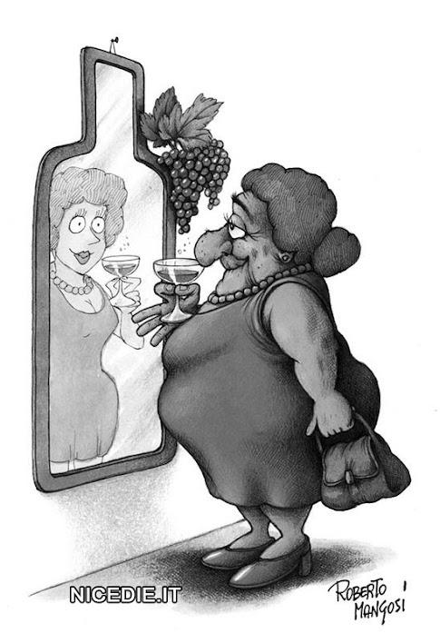 una donna anziana e grassa beve vino si osserva allo specchio e si vede giovane e magra