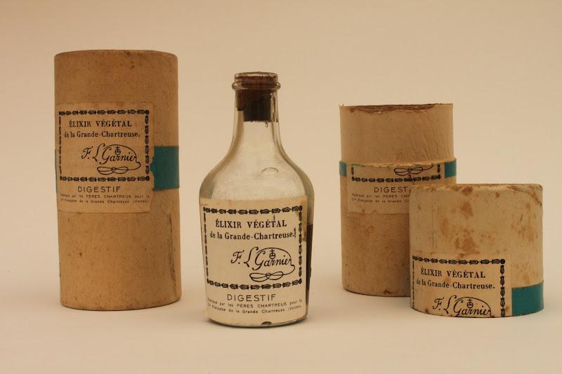 Photo: Dans la même période, en plein conflit mondial, du fait des rationnements et pénuries, les étuis en bois de l'élixir végétal sont remplacés par des cylindres en carton !  (1942)