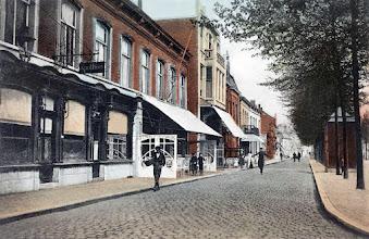 Photo: 1910 - Heuvel westzijde, links respectievelijk de Korenbeurs, Central en de Looiersbeurs