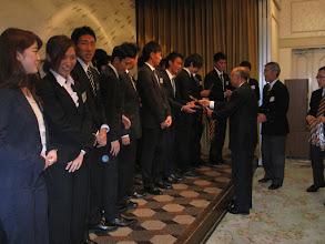 Photo: 山崎、浜中両OB会副会長より 4年生へ記念品贈呈