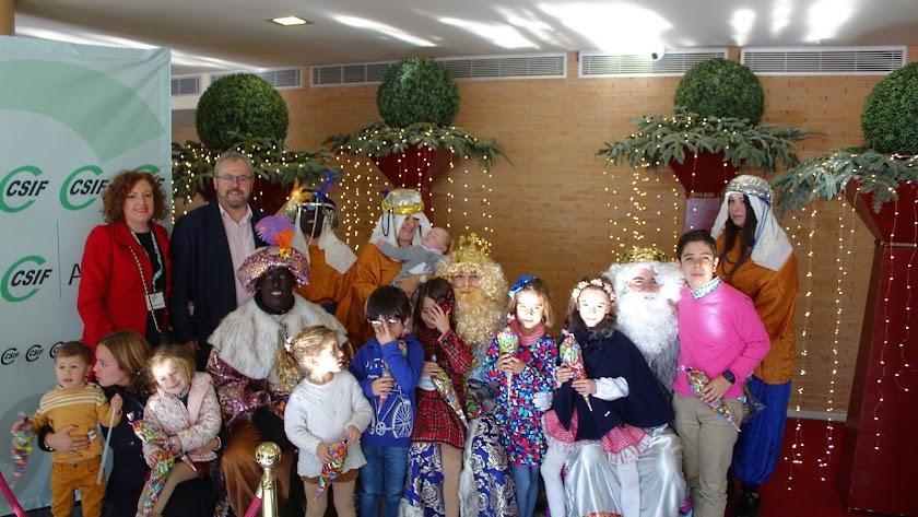 El presidente y la vicepresidenta del CSIF junto a los Reyes Magos e hijos de afiliados al sindicato.