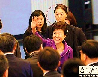 8 - Trong ảnh là nữ vệ sĩ tháp tùng tổng thống Hàn Quốc Park Geuyn Hye. Tuy vẻ ngoài của cô gái này không quá nổi bật, nhưng ánh mắt rất có thần, rất thu hút. Danh tính không được tiết lộ nhưng việc xuất hiện thường xuyên bên nữ tống thống đầu tiên của Hàn Quốc đã khiến nhiều người ấn tượng với nữ vệ sĩ này. Ảnh: takung.cn.