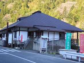湯ノ島温泉に入っていく