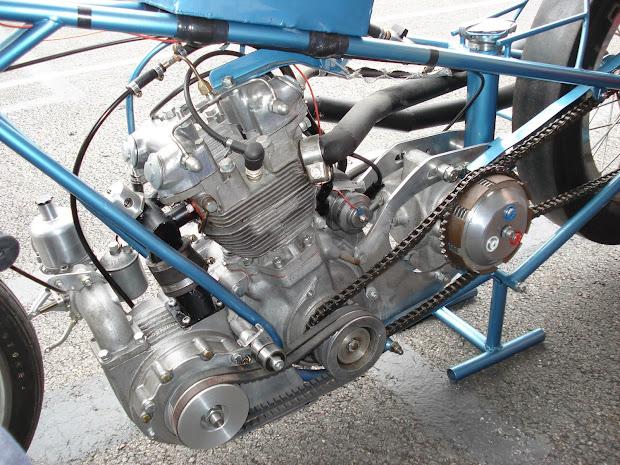 Triumph 500 tout aluminium avec un compresseur à palettes, carburateur SU.