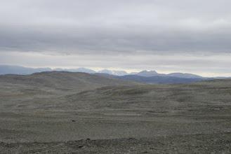 Kuva: mutta kivet eivät näy vähenevän, edessä Gieddeoaivi. Edessä olevassa laaksossa kulkee laskujoki Gieddejavresta bajit Gahkkojavreen, joki on tosin jossain kivikon alla piilossa