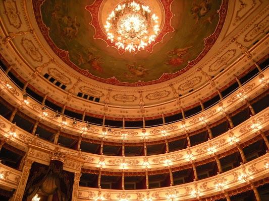 Eleganti motivi geometrici in teatro.. di Ingles Alberti
