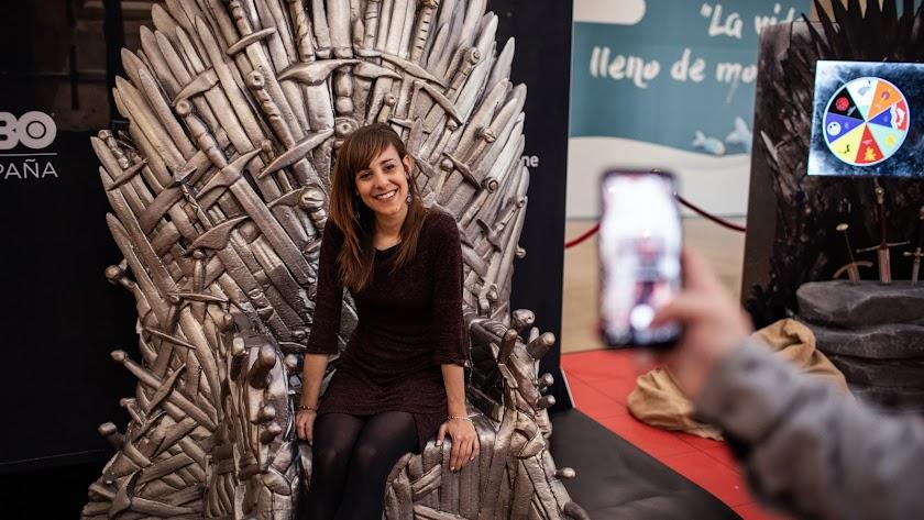 Una joven posa en el trono de hierro de 'Juego de Tronos. El Reto', que visitará Almería.