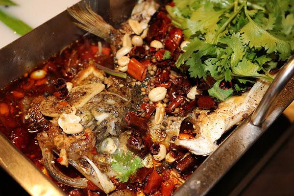 伙房台日私藏料理:融入獨門創意的麻辣烤魚鴛鴦鍋~香辣過癮~冬天就要這一味!推臭豆腐/牛筋/牛肚/大腸
