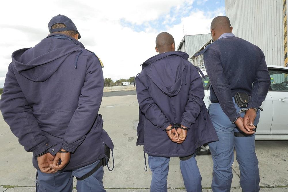 Polisiekonstabels in handboeie na 'n 'steel' vrag van gestroopte perlemoen - HeraldLIVE