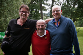 Photo: Hansi hat gepostet, dass er und Dirk Gebert auf einer Bierkiste standen. Holger sei nicht so klein. Aber die Bierkiste hat keiner gefunden... Ihr Spaßvögel...