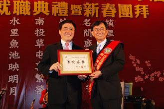 Photo: 市長郝龍斌致贈「澤被桑梓」牌匾,感謝蕭志洋理事長長期對台北市各項公益活動熱心付出表達祝賀之意。