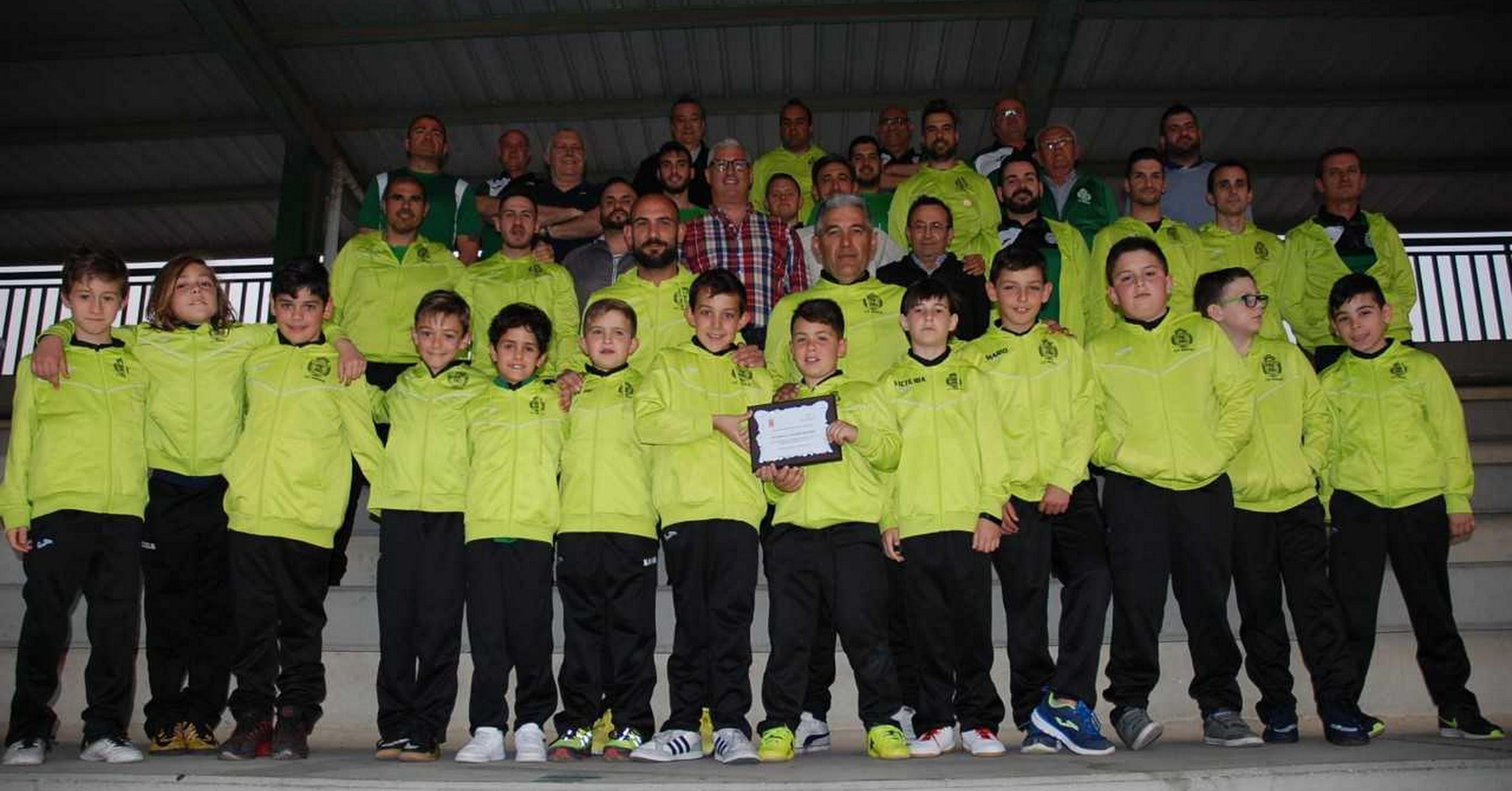 El alcalde Ismael Torres con sus jóvenes deportistas.