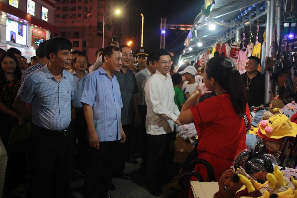 Đồng chí Nguyễn Xuân Sơn - Phó Bí thư Thường trực Tỉnh ủy, Chủ tịch HĐND tỉnh cùng lãnh đạo TP Vinh tham quan các gian hàng tại phố đêm