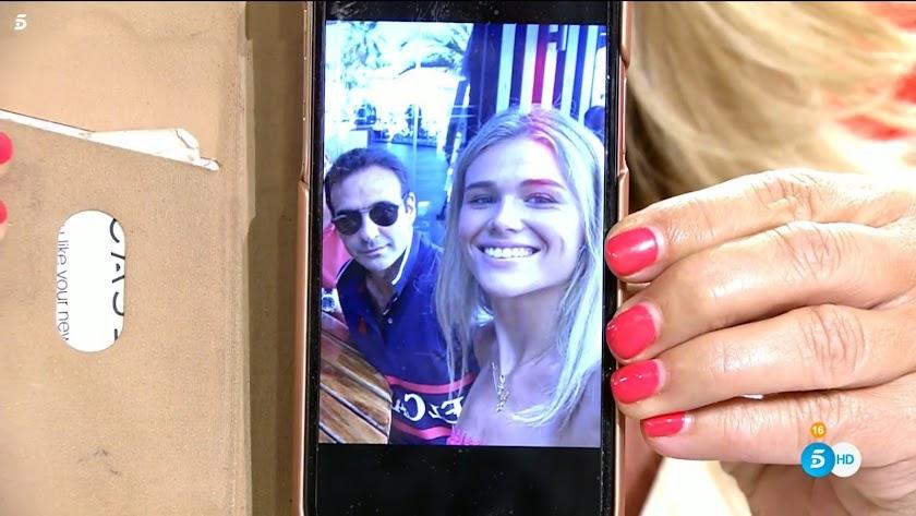 Lydia Lozano muestra la fotografía de la pareja.