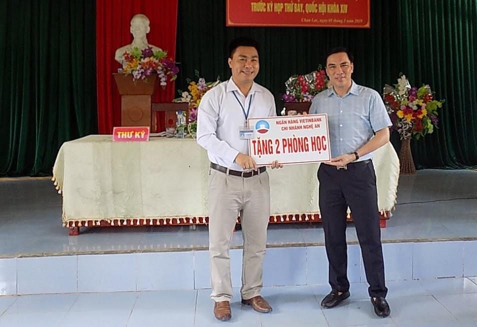 Lãnh đạo Ngân hàng Công thương Chi nhánh Nghệ An trao tượng trưng 2 phòng học cho lãnh đạo xã Thọ Hợp