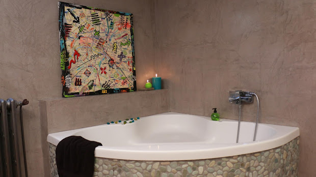 Le béton ciré résiste à l'eau, c'est le revêtement idéal pour une salle de bain