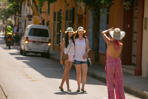 visitors-pose-in-old-cartagena.jpg - Visitors pose in a tourist area of Old Cartagena.
