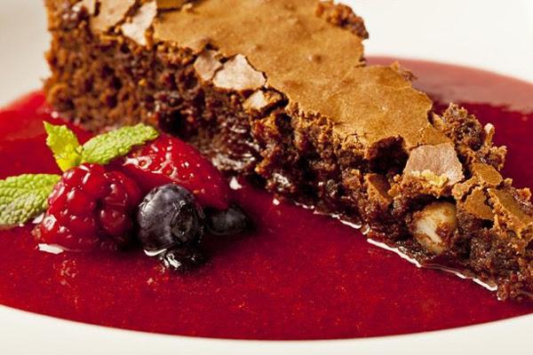 Bolo Cremoso de Chocolate com Sopa de Frutas Vermelhas