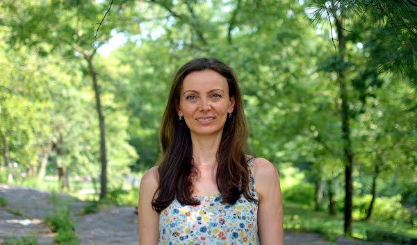 Softwareentwicklerin Mihaela Ion arbeitet an der Verschlüsselung von Daten, die dennoch von mehreren Parteien genutzt werden können.
