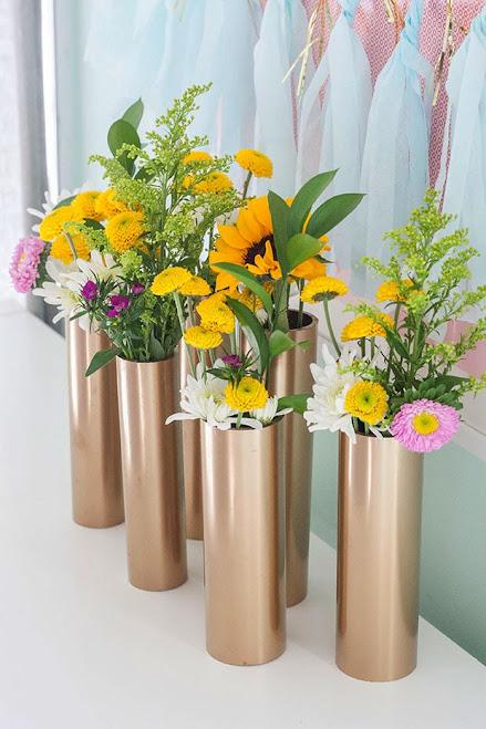 vas bunga elegan dengan sentuhan cat metalik