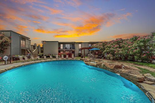 Creekside Villas at Clear Lake apartment swimming pool
