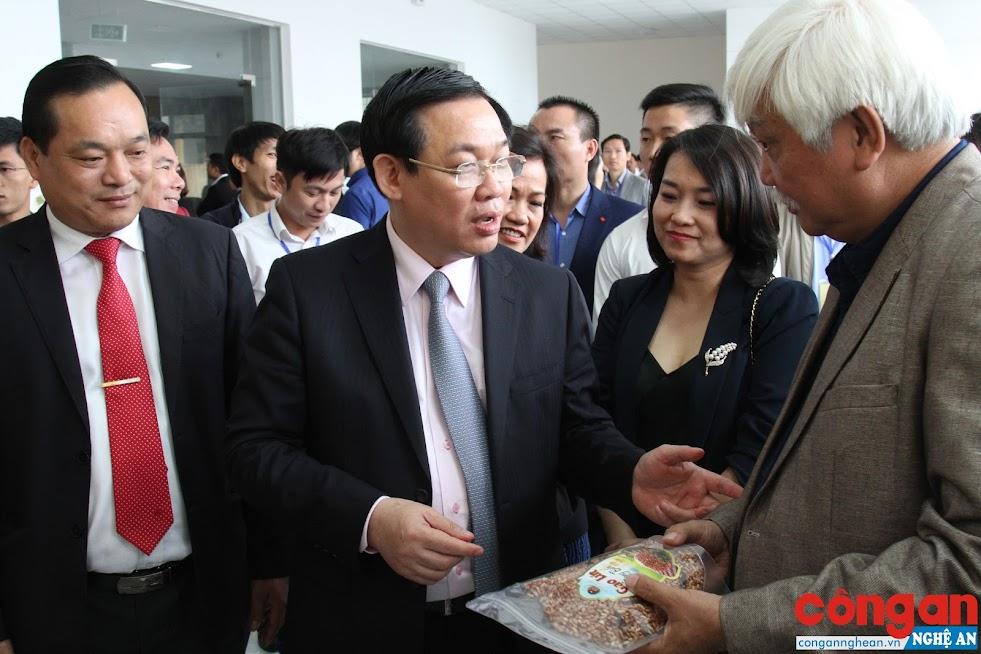 Sau 5 năm, nông thôn mới Nghệ An có nhiều chuyển biến rõ rệt (Trong ảnh: Phó Thủ tướng Vương Đình Huệ trong lần về dự Hội nghị nông thôn mới ở Nam Đàn)