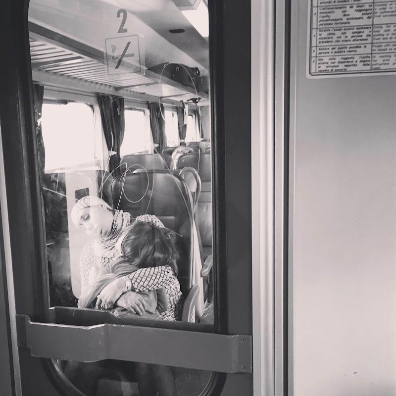 Cullata dal treno fra le braccia della mamma di F.O.