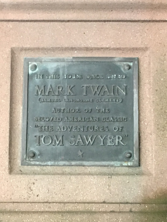 A plaque to Mark Twain to the left of the door.