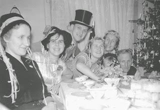 Photo: Silvesterfeier 1959 (ohne mich). Man könnte meinen, daß es sich um eine Karnevalsfeier (Fasching) handelt, doch dagegen spricht der standhafte Weihnachtsbaum am rechten Bildrand. Gefeiert wurde um 1960 reichlich (Wirtschaftswunderjahre!). Foto: Wilhelm Rothe junior