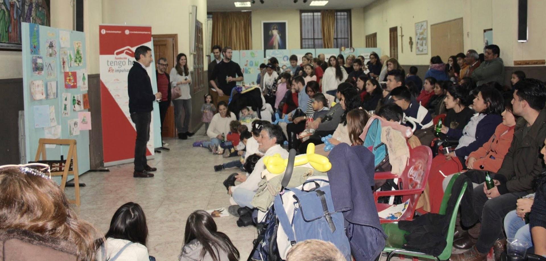 público asistente a acto solidario en iglesia san miguel