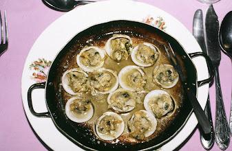 Photo: 10979 上海/紅房子西菜館/料理/烙蛤蜊/ニンニクとバターを二枚貝の貝殻に詰めてオーブンで焼く