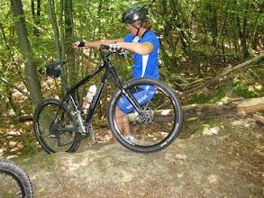 Photo: Inger har løsningen: Først smider vi cyklen ned og så springer vi selv efter.